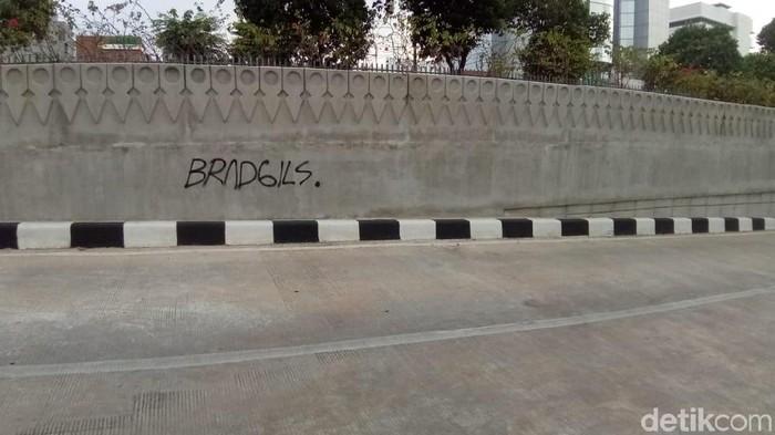 Foto: Underpass Matraman, Jakarta Pusat dikotori aksi vandalisme coretan Sahur On The Road (SOTR). (Alfons-detikcom)