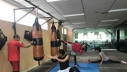 Yayan Ruhian merupakan pesilat dan aktor Indonesia yang terkenal dalam perannya sebagai Mad Dog di The Raid. Ini dia olahraganya dalam menjaga tubuh sixpack.