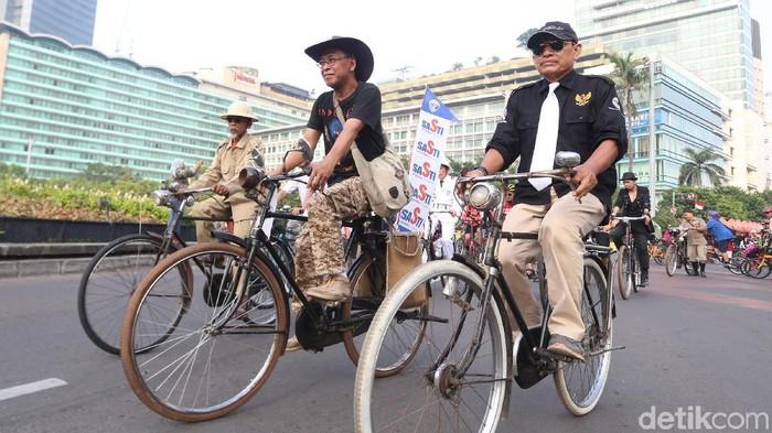 Serunya bersepeda ternyata bisa bikin panjang umur (Foto: Ari Saputra)