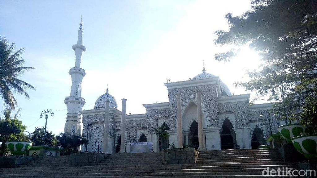 Masjid Megah di Makassar yang Bergaya Timur Tengah & Spanyol