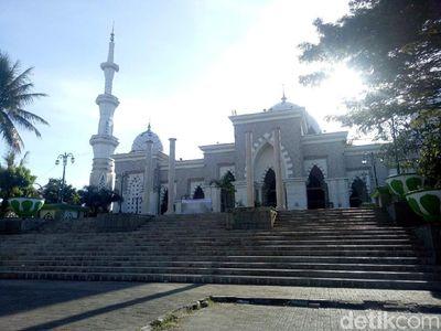 M   asjid Megah di Makassar yang Bergaya Timur Tengah & Spanyol