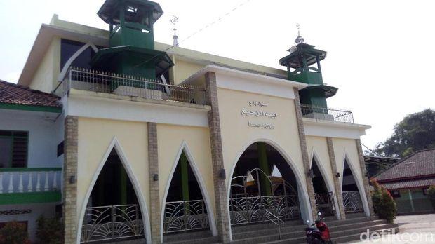 Bagian depan Masjid Baiturohim.