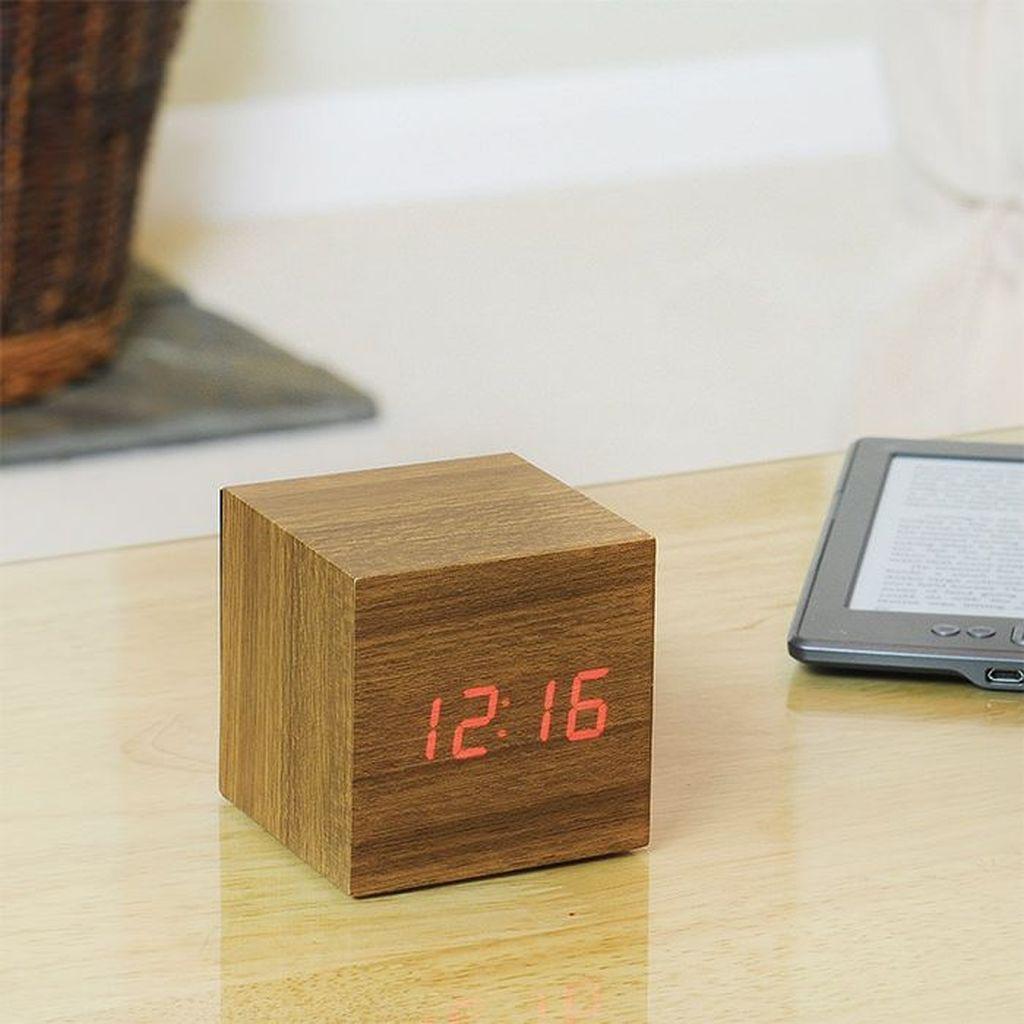 LED teak cube. Alarm berbentuk kubus ini menampilkan waktu, tanggal dan suhu. Materialnya terbuat dari kayu namun dengan tampilan jam LED. Alarm ini hanya akan menampilkan jam jika disentuh atau ketika alarm menyala.Foto: Istimewa