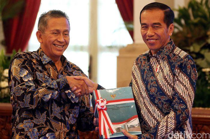 Ditemani Ketua BPK Moermahadi Soerja Djanegara, Presiden Joko Widodo (Jokowi) pagi ini, Senin (4/6/2018) menerima laporan hasil pemeriksaan atas laporan keuangan pemerintah pusat (LHP LKPP) dari Badan Pemeriksa Keuangan (BPK).