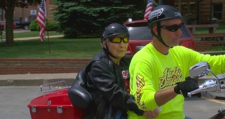 Nenek 100 tahun pertama kali naik motor. Foto: Ride Apart