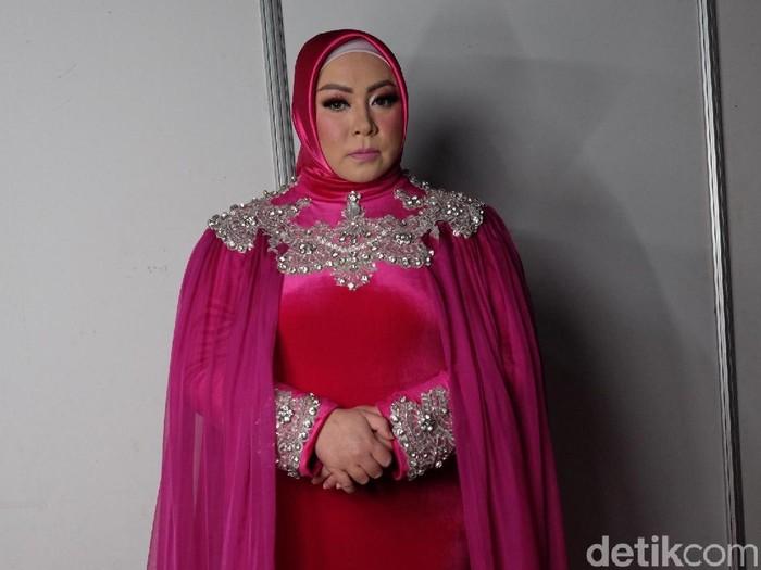 gaya hijab unik Melly Goeslaw