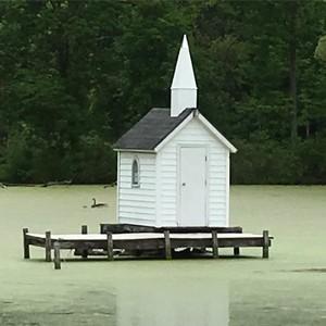Gereja Terkecil Dunia, Ada di Tengah Kolam