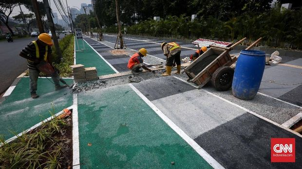 Derita Buruh Kerja Rodi Bongkar Trotoar Demi Asian Games