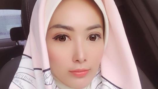 Pilih Mana? Cinta Ratu dengan Hijab atau Tidak?