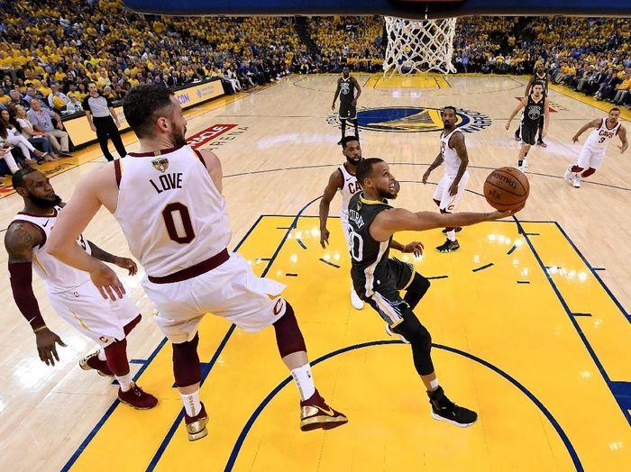 Golden State Warriors mengalahkan Cleveland Cavaliers di gim kedua Final NBA. (Foto: Kyle Terada/Pool/Getty Images)