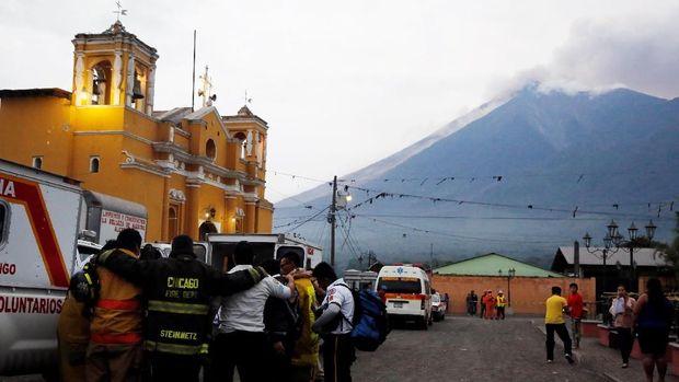 Para petugas pemadam dan penyelamat Guatemala berdoa bersama usai Gunung Fuego erupsi