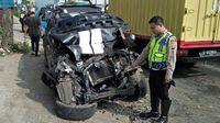 Mobil SUV Ringsek Tabrak Angkot dan Truk di Sukabumi