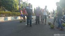 Elpiji Melon Langka, Warga Ponorogo Gelindingkan Tabung di Jalan