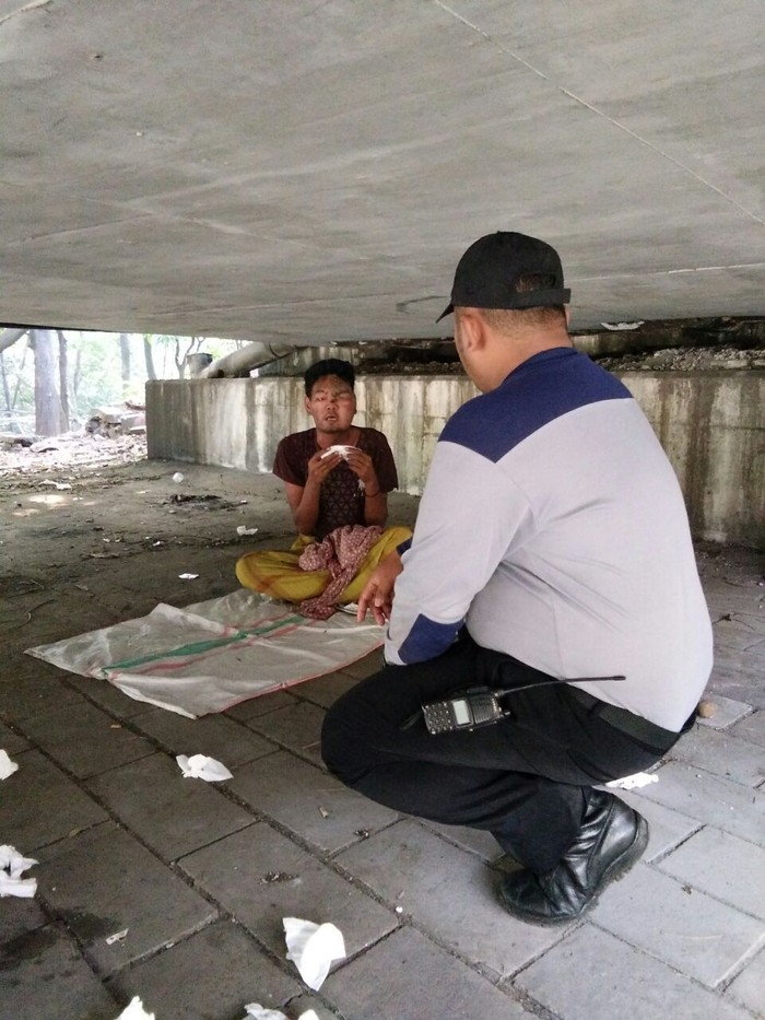 Sadam yang sakit di Kolong Jembatan Layang UKI. (Dok Dinas Sosial)