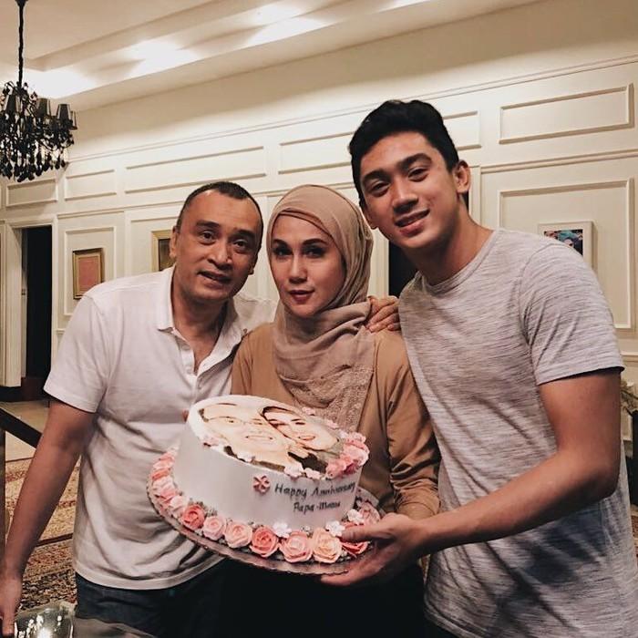 Anak pasangan Marini Zumarnis dan Denny Wardhana ini sudah beranjak dewasa. Jadi anak satu-satunya, Daffa memberi kue untuk ulang tahun pernikahan orang tuanya. Sweet! Foto: Instagram daffawardhana