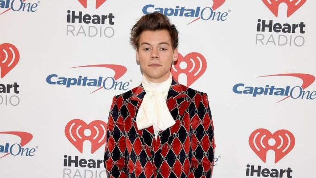 Mengisolasi Diri, Harry Styles Jadi Lebih Sering Pakai Masker Kecantikan
