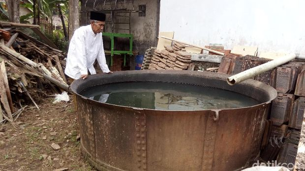 Tong besar di belakang masjid.