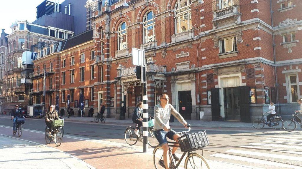 Terinspirasi Lockdown Corona, Penari Balet Tampil di Jalanan Amsterdam