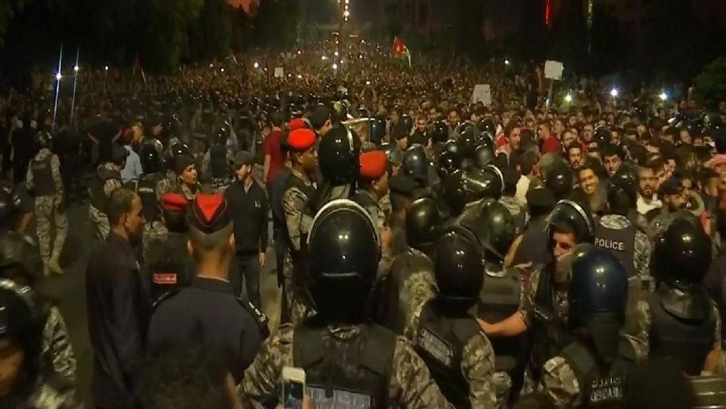 Protes Besar-besaran Tolak Kenaikan Pajak di Yordania