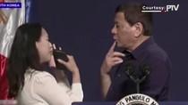 Detik-detik Sebelum Duterte Mendadak Cium Bibir Perempuan di Korsel