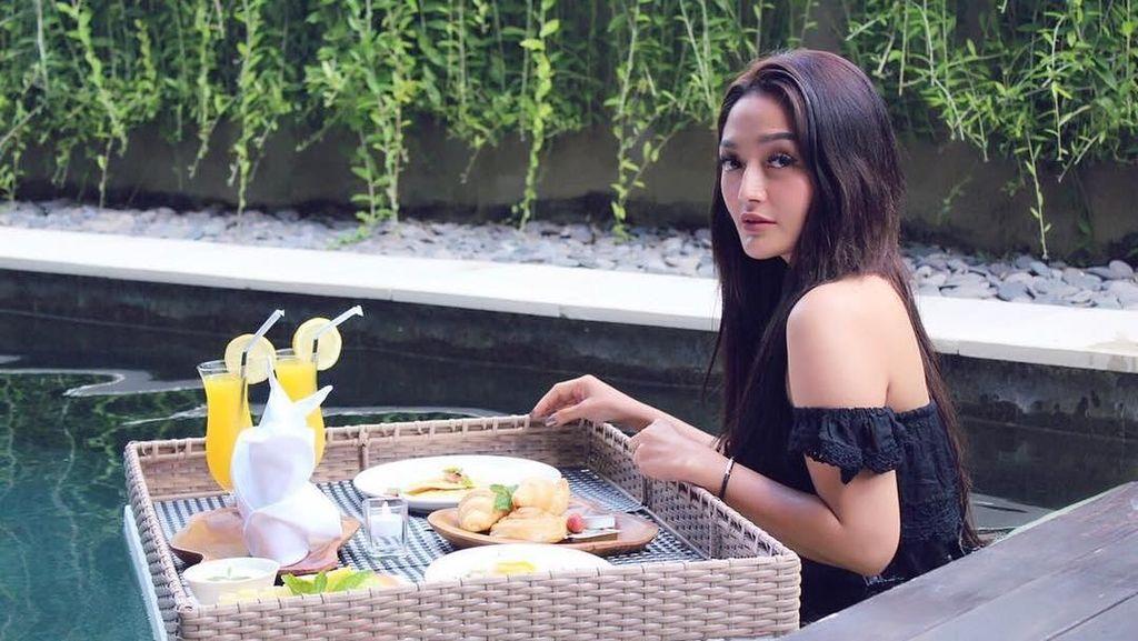 10 Pose Keren Siti Badriah, Si Syantik yang Suka Ngeliwet dan Ngopi