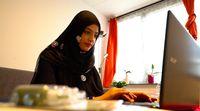 Maswish Khan, seorang seniman lukis henna.