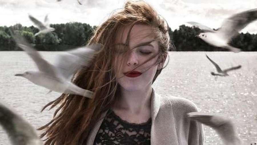Bosan Selfie, Gadis 19 Tahun Ini Edit Fotonya Jadi Surealis