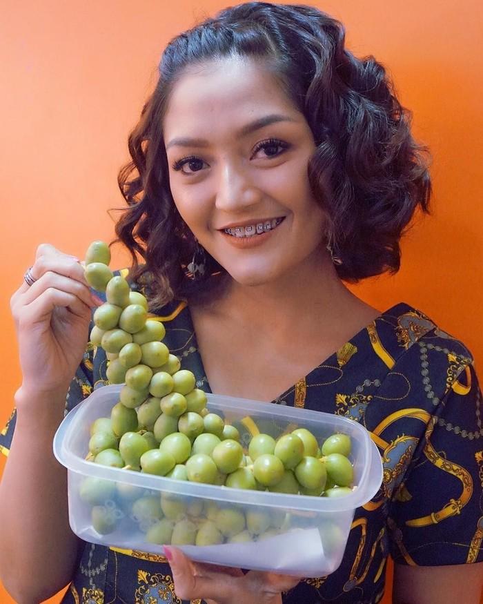 Eksis sebagai penyanyi dangdut Tanah Air, Siti Badriah kini tengah populer dengan lagu Lagi Syantik yang viral di sosial media. Melalui akun Instagramnya, Sibad sering membagikan foto-fotonya ketika sedang makan dan ngopi.Foto: Instagram @sitibadriahh