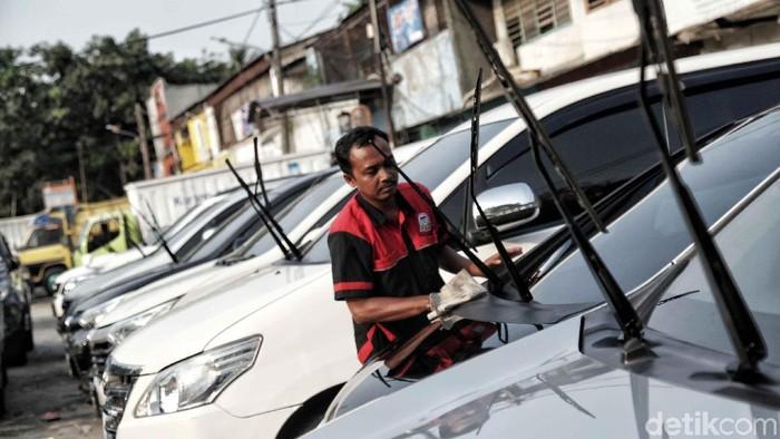 Jelang Lebaran, permintaan mobil rental meningkat. Seperti yang terjadi di salah satu di pusat mobil rental di Jalan Tongkol, Tanjung Priok, Jakarta Utara.
