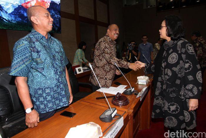 Menteri Keuangan Sri Mulyani Indrawati berjabat tangan dengan Ketua Komisi XI Melchias Marcus Mekeng sebelum rapat kerja di gedung DPR, Jakarta, Selasa (5/6/2018).