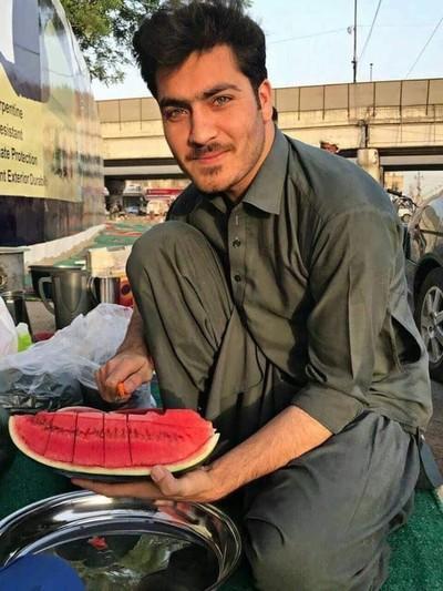 Penjual semangka ganteng Foto: dok. Twitter