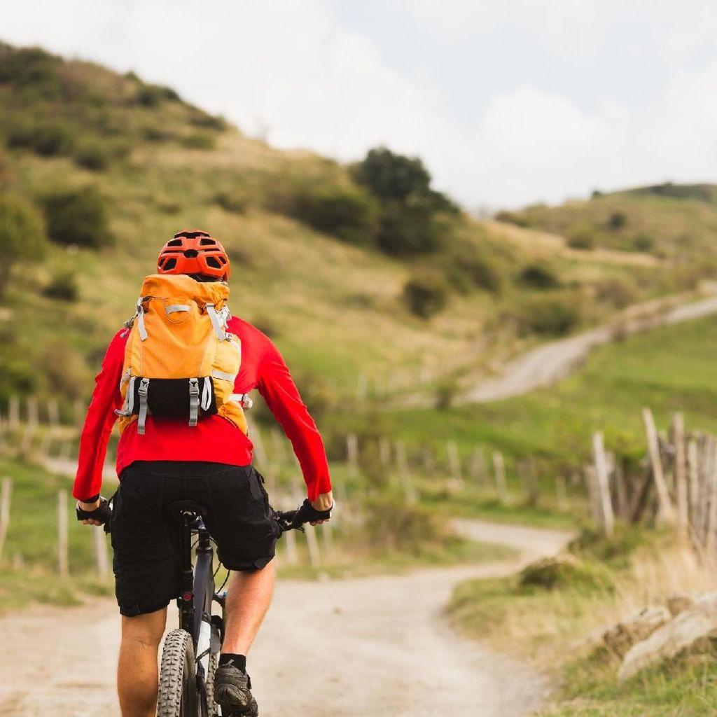 Bantu Belajar Naik Sepeda, Eh Celana Bocah Ini Melorot!