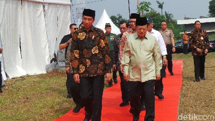 Foto: Presiden Jokowi meninjau pembangunan kampus UIII. (Niken Purnamasari/detikcom)
