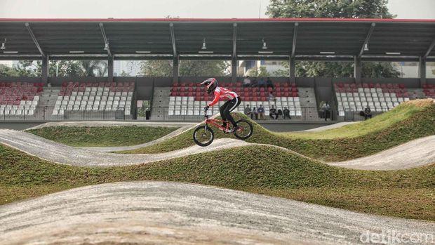 Elga Kharisma Novanda menjajal trrek balap sepeda BMX di Pulo Mas, Jakarta.