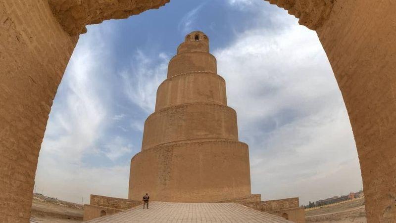 Great Mosque of Samarra atau biasa disebut Masjid Agung Samarra terletak di Kota Samara di Irak. Masjid ini dibangun pada abad ke-9. (jonathanward7658/Instagram)
