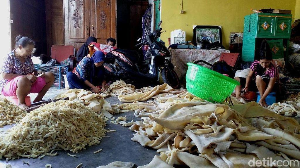 Banjir Pesanan Jelang Lebaran, Omzet Kerupuk Rambak Capai Rp 250 Juta
