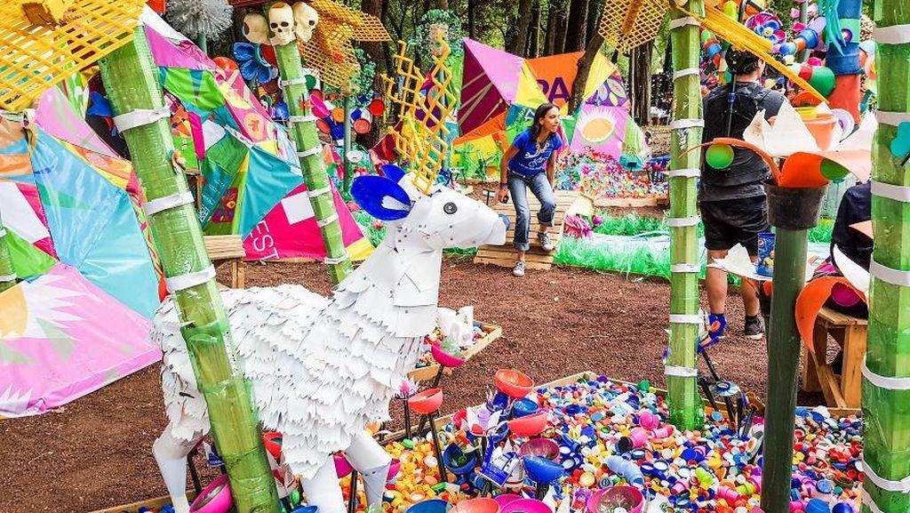 Ribuan Sampah di Meksiko Disulap jadi Hutan Plastik yang Keren