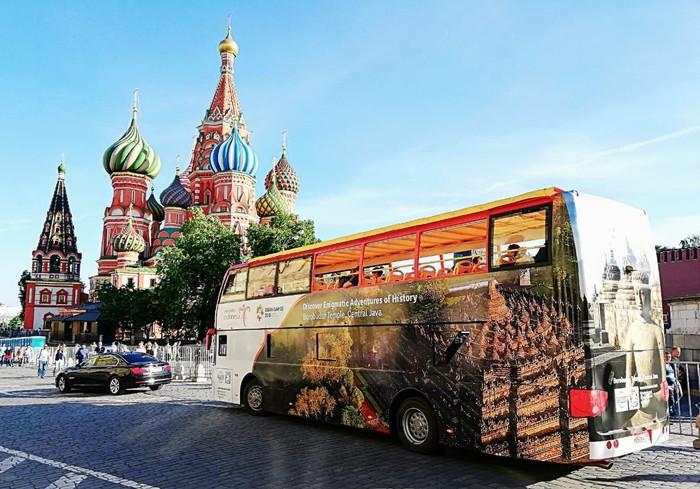 Bus Wisata Wonderful Indonesia mengaspal di jalanan utama Moskow. (Dok. KBRI Moskow)