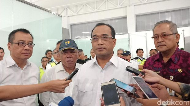 Menhub Budi Karya Sumadi dan Menteri PUPR Basuki Hadimuljono meninjau kesiapan terminal baru Bandara Ahmad Yani Semarang
