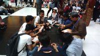 Penyebaran pamflet sosialisasi Pemilu oleh PPLN Taipei.