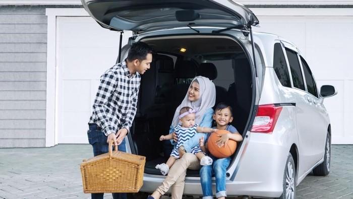 Mudik menggunakan mobil dan ac menyala. Foto: shutterstock