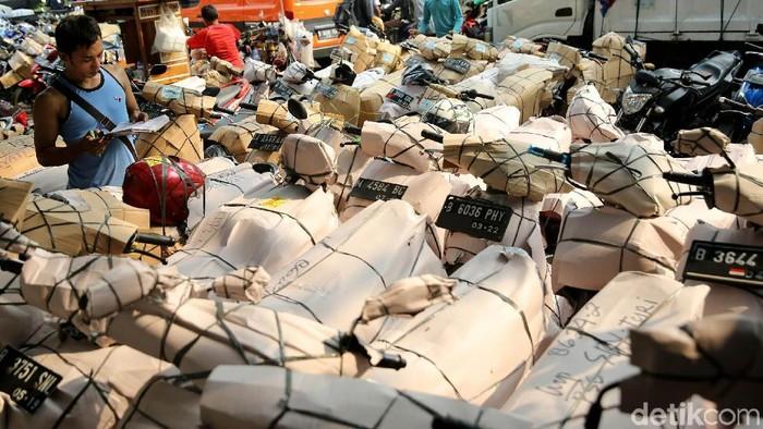 Jelang lebaran, jasa pengiriman barang semakin meningkat. Pengiriman paket motor via kereta api mengalami kenaikan dua kali lipat.
