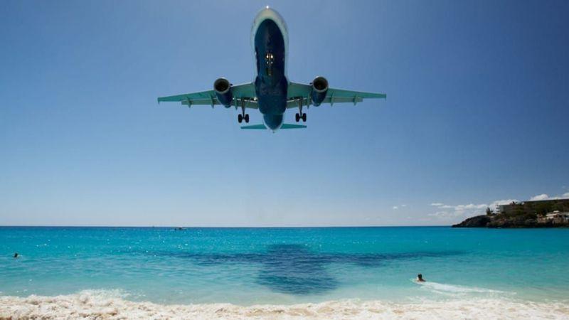 Rute penerbangan komersial terpendek pertama ada dari Bandara Internasional Princess Juliana di Sint Maarten ke Bandara Internasional Clayton J Loyd, Anguilla. Jaraknya hanya 19,11 Km atau sekitar 10 menit saja (PrivateFly)