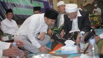 Emil Dardak Bertemu KH Maimun Zubair di Haul Sayyid Alawi Al-Maliki