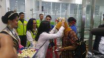 Bunga untuk Penumpang Pertama Terminal Baru Bandara Semarang