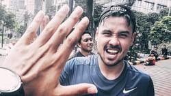 Chicco Jerikho sering sekali membagikan fotonya saat berolahraga lagi. Saking senangnya, ia pun sering mengikuti marathon di berbagai tempat. Keren ya!