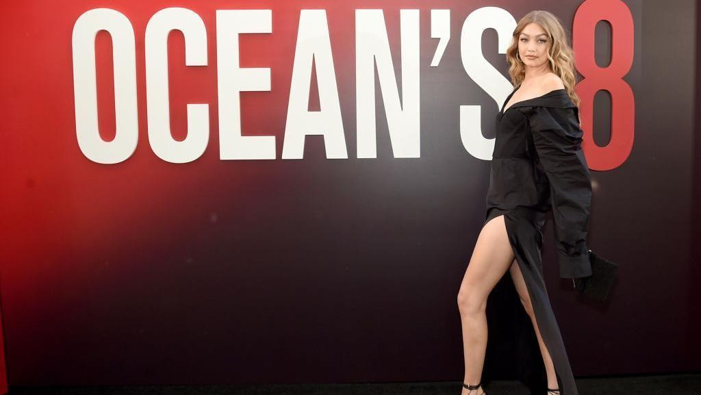 Foto: Gigi Hadid Pamer Kaki Jenjang di Premier Film Oceans 8