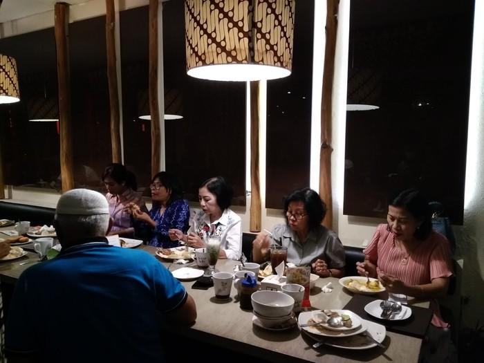 Pengunjung restoran awalnya tidak tahu akan kedatangan tim detikcom yang akan membayar makanan. Mereka tampak tenang berkumpul bersama teman dan keluarganya. Foto: dok. detikFood