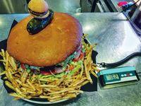Hebat! Wanita Ramping Ini Coba Habiskan Burger Seberat 4,5 Kg