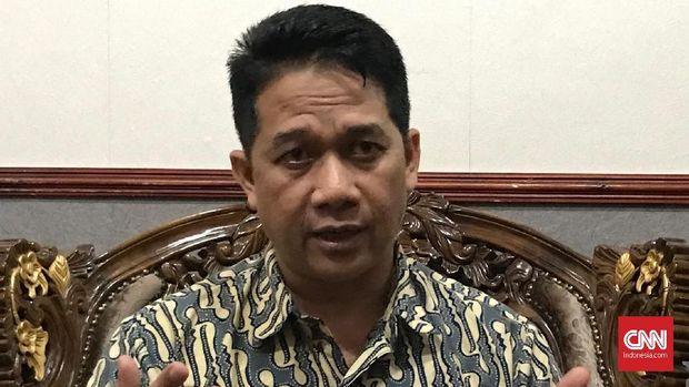 Guru Besar Fakultas Hukum Undip Suteki dinonaktifkan dari posisi Ketua Program Studi Magister Ilmu Hukum Undip akibat tudingan mendukung radikalisme.
